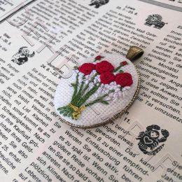 گردنبند گلدوزی مدل گل رز قرمز